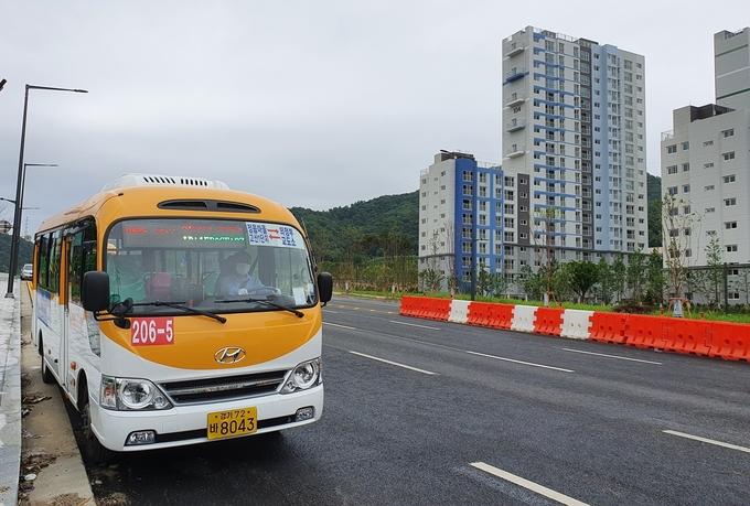 의정부시(시장 안병용)는 7월 1일부터 신규택지지구인 고산지구의 대중교통 수요 충족을 위해 교통인프라가 잘 구축되어 있는 민락지구와 연계하는 고산·민락 순환버스, 206-5번 마을버스의 운행을 개시했다.